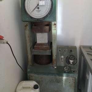 Pressa Tecnotest utilizzata per i primi controlli sul calcestruzzo fornito per la realizzazione dell'Università della Calabria